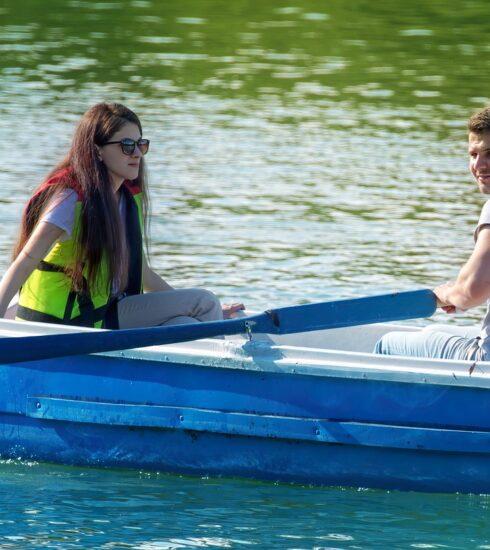 Boat Rowing Couple Lake Boating  - icsilviu / Pixabay