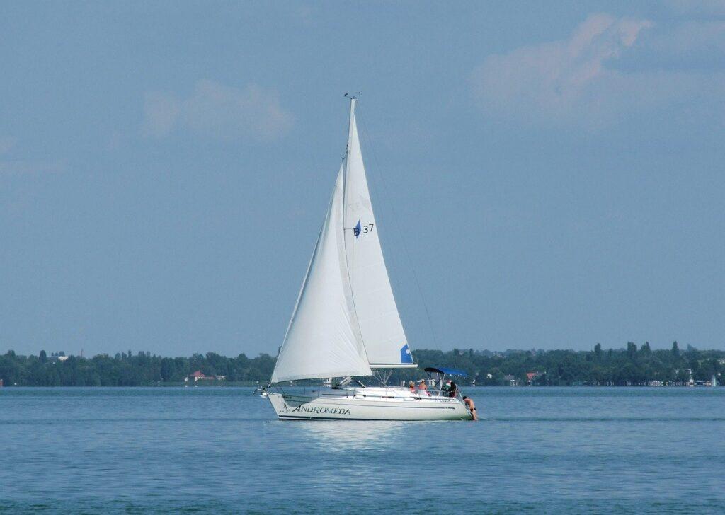 Sailing Boat Lake Sailboat  - Elstef / Pixabay